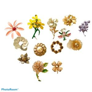 Bundle of Vintage flower themed brooches pins